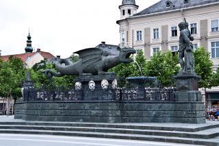lindwurmbrunnen and neuerplatz
