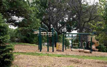 Hollyhock Park, Le Claire