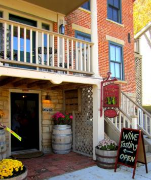 Wide River Winery Tasting Room & Courtyard, Le Claire
